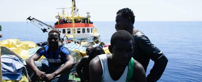 """Migranti, sequestrata la nave della ong Jugend Rettet. Procura Trapani: """"Ha fatto trasbordi senza pericolo imminente"""""""