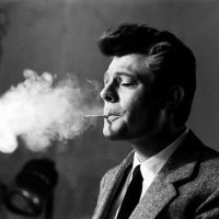 """Marcello Mastroianni sul set di """"La dolce vita"""" (1959) – foto di Arturo Zavattini"""