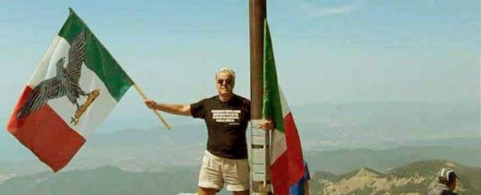 Massa Carrara, professore sul monte Sagro con la bandiera della Rsi alla vigilia dell'anniversario dell'eccidio di Vinca