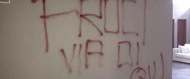 """Roma, scritte omofobe sui muri di una scuola di danza. I soci: """"Problemi fin dal primo giorno. Fa male, ma chiudiamo"""""""