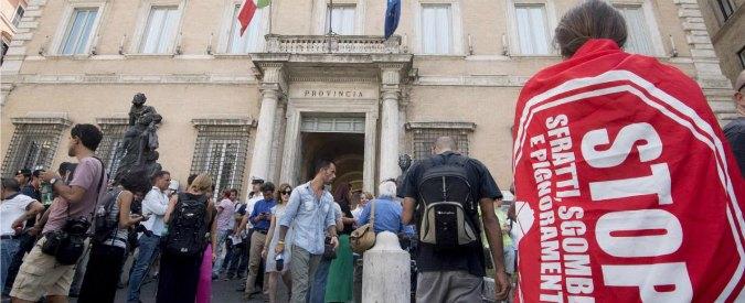 """Sgombero Roma, vertice flop: non c'è accordo. Raggi: """"Priorità a chi aspetta da anni"""". Movimenti casa: """"Inaccettabile"""""""