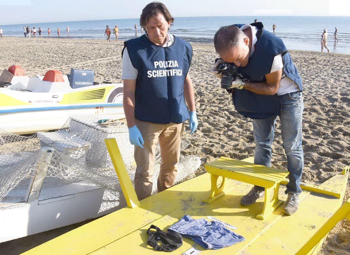 Rimini, aggressione in spiaggia: in 4 violentano lei e rapinano lui ...