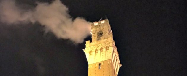 Siena, Torre del Mangia a fuoco durante la festa del Palio