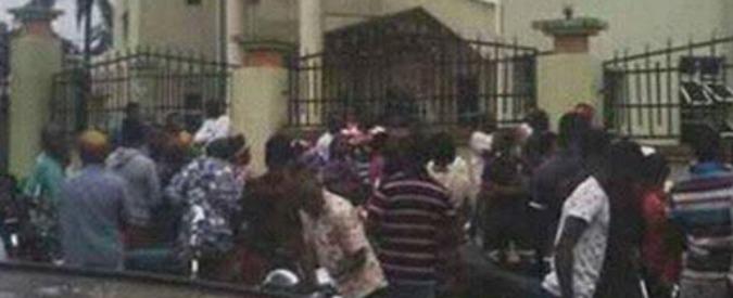 """Nigeria, assalto armato in una chiesa cattolica. Polizia: """"8 morti e 18 feriti"""""""