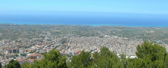 Sicilia, intimidazione ad Alcamo: incendiato il portone del municipio