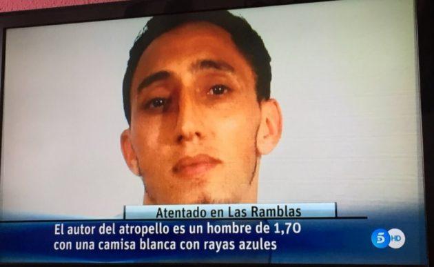 """Attentato Barcellona, furgone travolge decine di persone sulla Rambla. """"Almeno 13 morti"""". Un sospetto arrestato, uno ucciso e uno in fuga (FOTO E VIDEO)"""