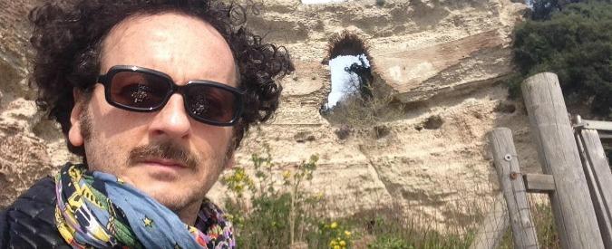 Benevento, attore di teatro accoltellato alla gola: grave. È caccia all'uomo