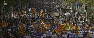 """Attentati Barcellona, decine di migliaia di manifestanti per il corteo """"No tinc por"""". Re Felipe fischiato dagli indipendentisti"""