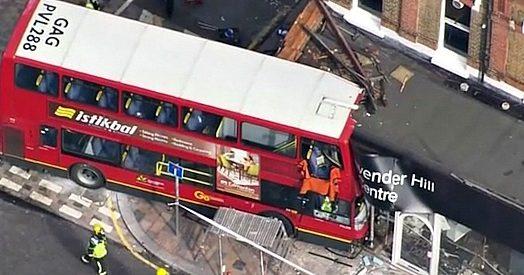 Londra autobus a due piani sfonda la vetrina di un for Piani di costruzione del negozio