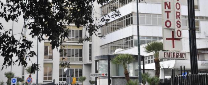 """Napoli, la parente di un paziente all'ospedale Cardarelli: """"Cadavere per ore vicino al bagno"""". La replica: """"Falso"""""""