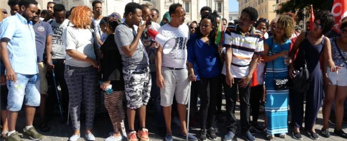 """Sgomberi, 5.000 al corteo contro che diventa un sit-in: """"Rimaniamo fino a lunedì"""""""