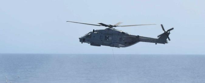 Tunisia, pescherecci italiani minacciati da una motovedetta: salvati da un elicottero della Marina Militare