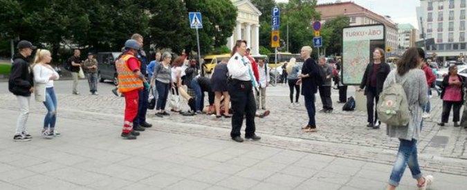 """Finlandia, accoltellate diverse persone a Turku: un morto e diversi feriti. Un uomo fermato. Testimoni: """"Grida Allah Akbar"""""""