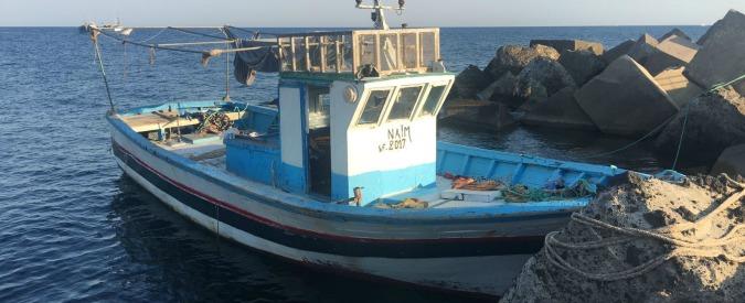 """Migranti, 54 sbarcano a Linosa. Il sindaco: """"Lì non ci sono strutture ma non si riesce a trasferirli a Lampedusa"""""""