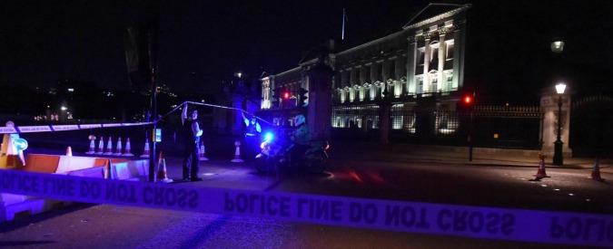"""Londra, uomo armato fermato fuori da Buckingham Palace: 2 feriti. """"Aveva una spada di un metro e urlava Allah Akbar"""""""