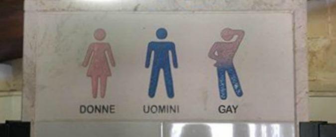 """Omofobia, bagni per """"donne, uomini e gay"""" in un B&B in Salento. Proprietaria: """"Cartello vecchio e nascosto"""""""