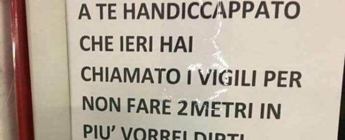 """Milano, multato per parcheggio sul posto per invalidi lascia un cartello: """"Contento per la tua disgrazia, povero handicappato"""""""
