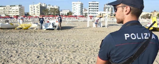 """Rimini, violentata dal branco in spiaggia: """"Aiutateci a tornare a casa"""". L'amico picchiato: """"Ci hanno rovinato la vita"""""""
