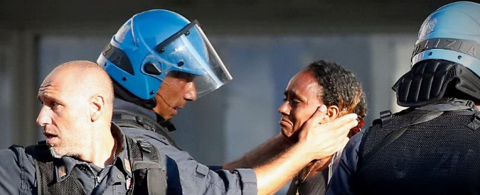 """Roma, Canterini: """"Il poliziotto buono che accarezza la rifugiata eritrea era con me alla scuola Diaz nel 2001"""""""