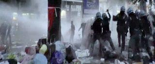 Roma, scontri tra migranti e polizia dopo lo sgombero. Idranti per rispondere al lancio di bombole di gas