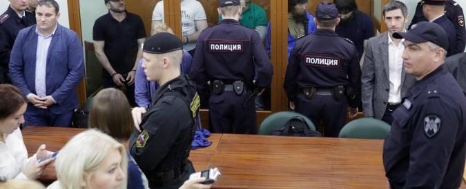 Mosca, 5 imputati strappano le pistole ai poliziotti: sparatoria in tribunale. Almeno tre morti e cinque feriti