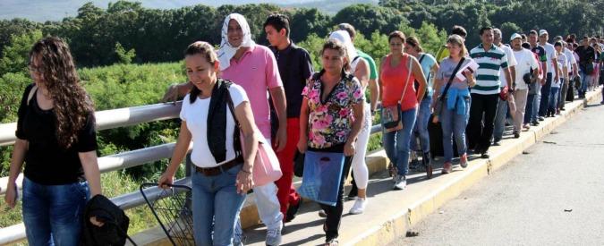 """Venezuela, migliaia in fuga: """"Scappano dalla fame e dall'estrema violenza dei paramilitari appoggiati dallo Stato"""""""