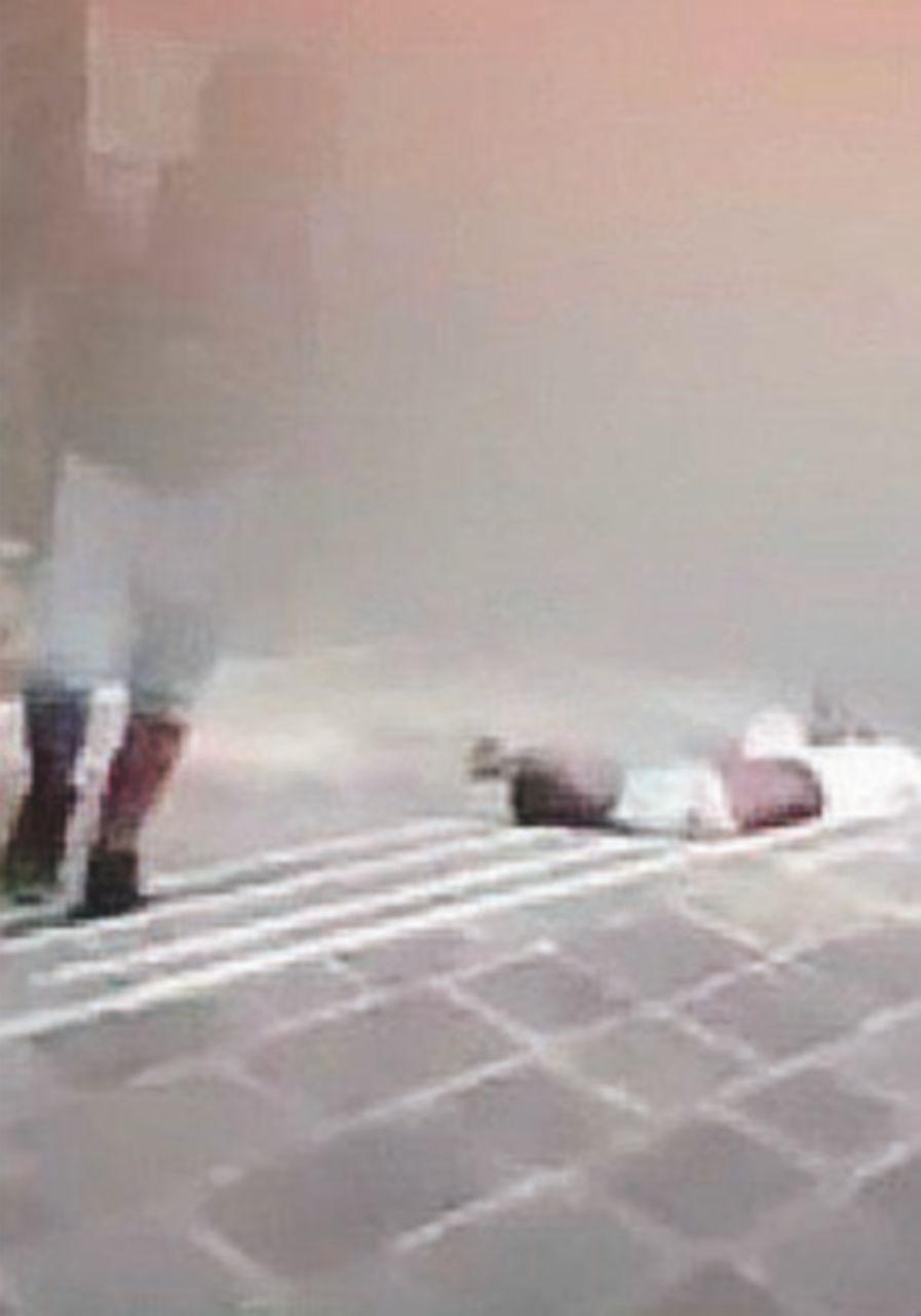 Picchiano e filmano richiedente asilo: due minori nei guai