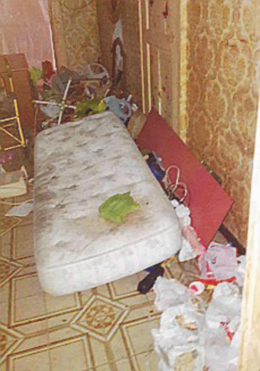 Napoli, disabile 15enne costretta a letto tra i rifiuti