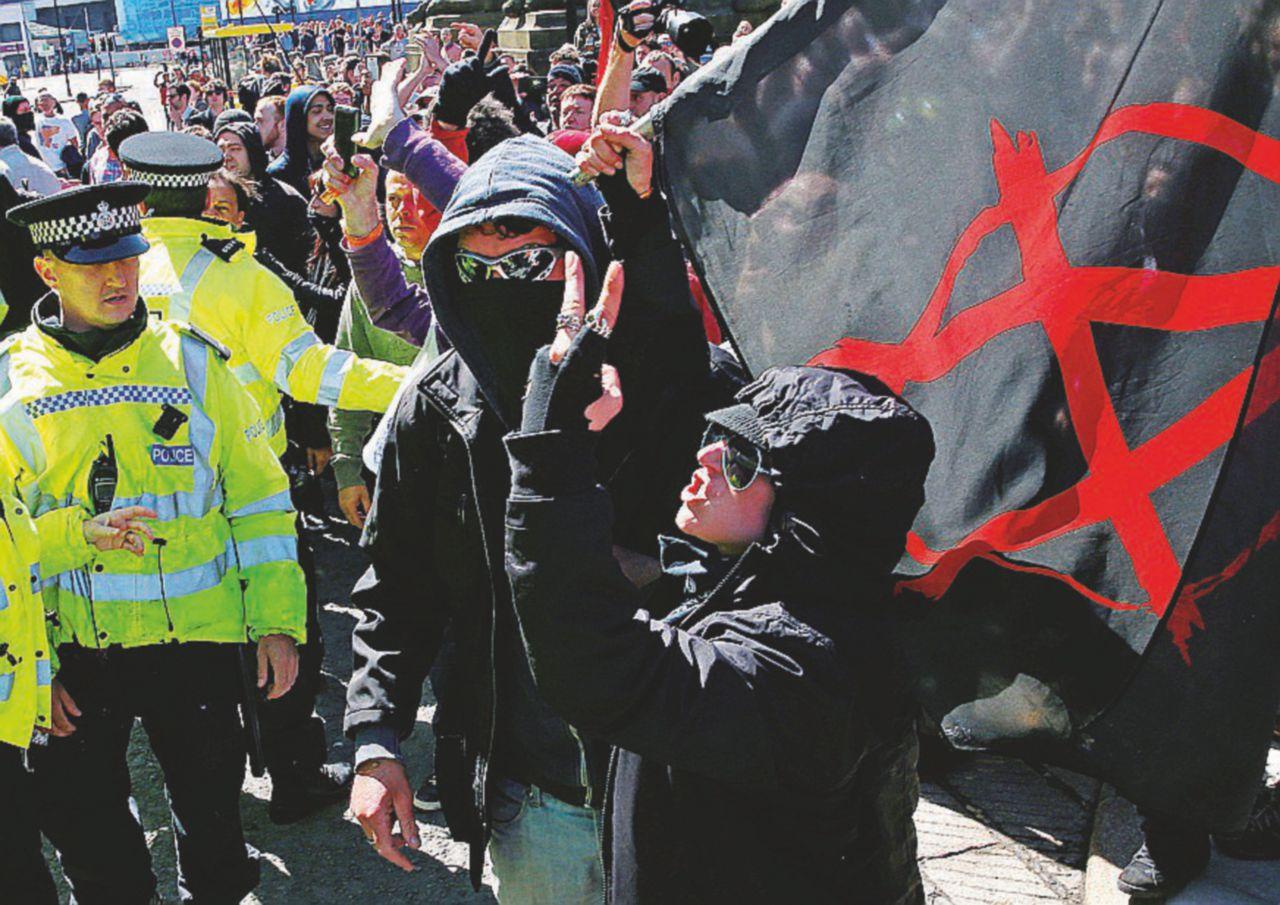 Soldati, neonazisti e aspiranti terroristi: la vergogna di Sua maestà