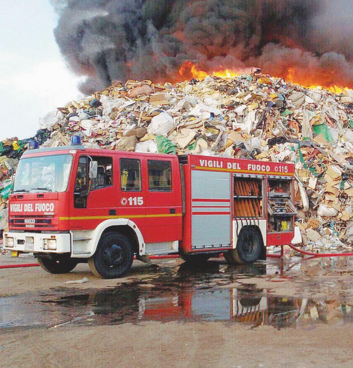 Rifiuti speciali in fiamme: allarme diossina a Mortara
