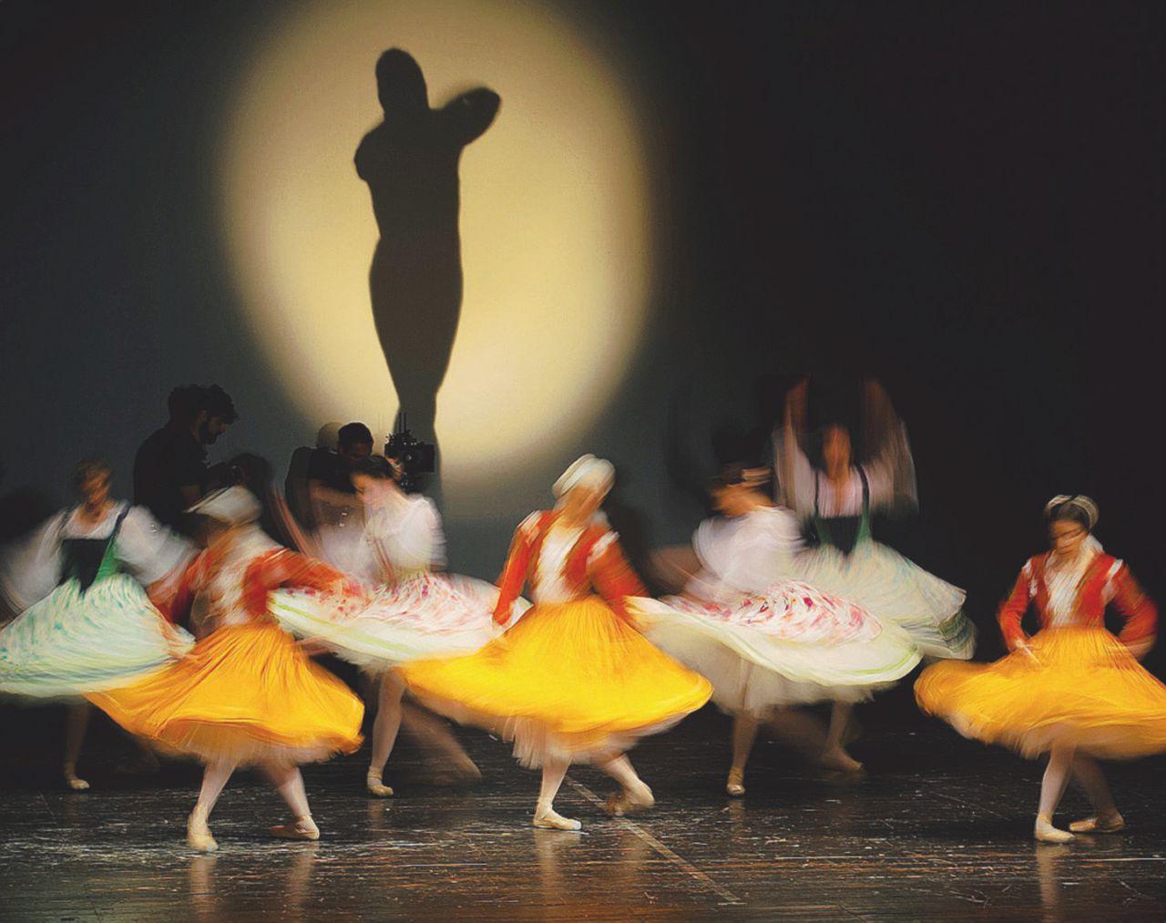 """Ballando sui pregiudizi, applausi per """"Il passo"""""""