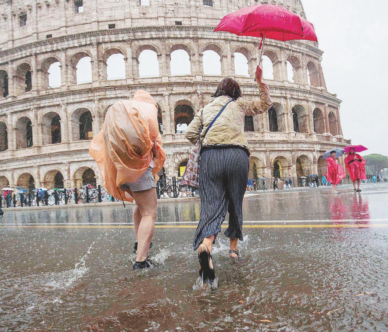 Roma sotto il diluvio: disagi e metro chiusa