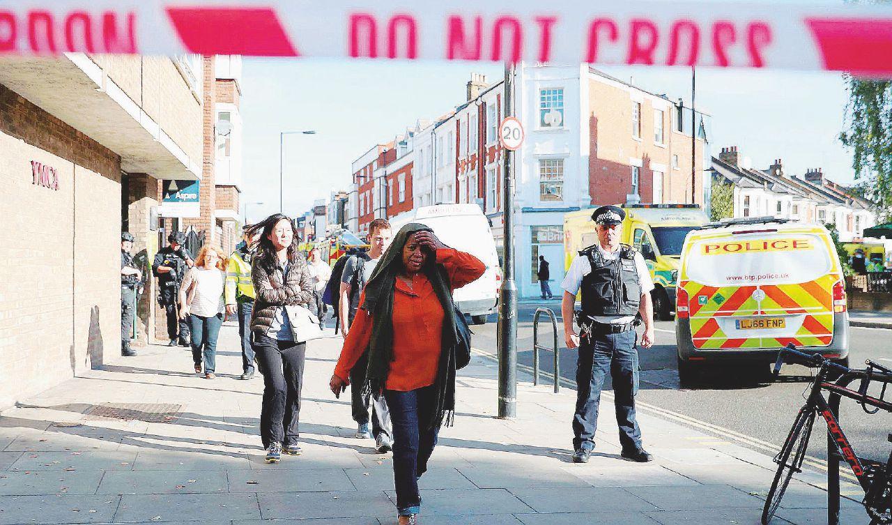 Londra, il terrore in metro è una busta della spesa