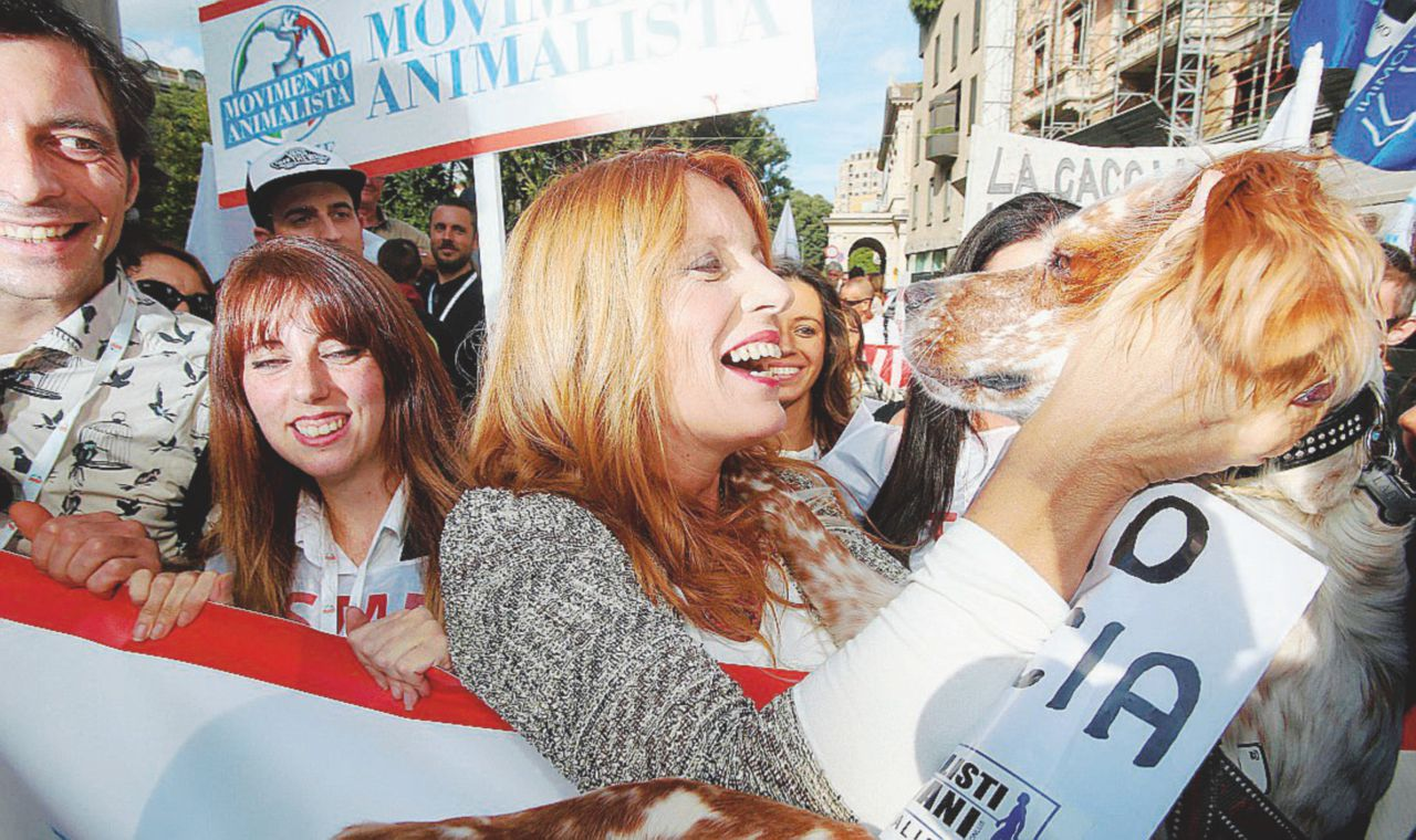 Brambilla vuole riformare la Costituzione: più diritti agli animali. E fa il corteo dei cani
