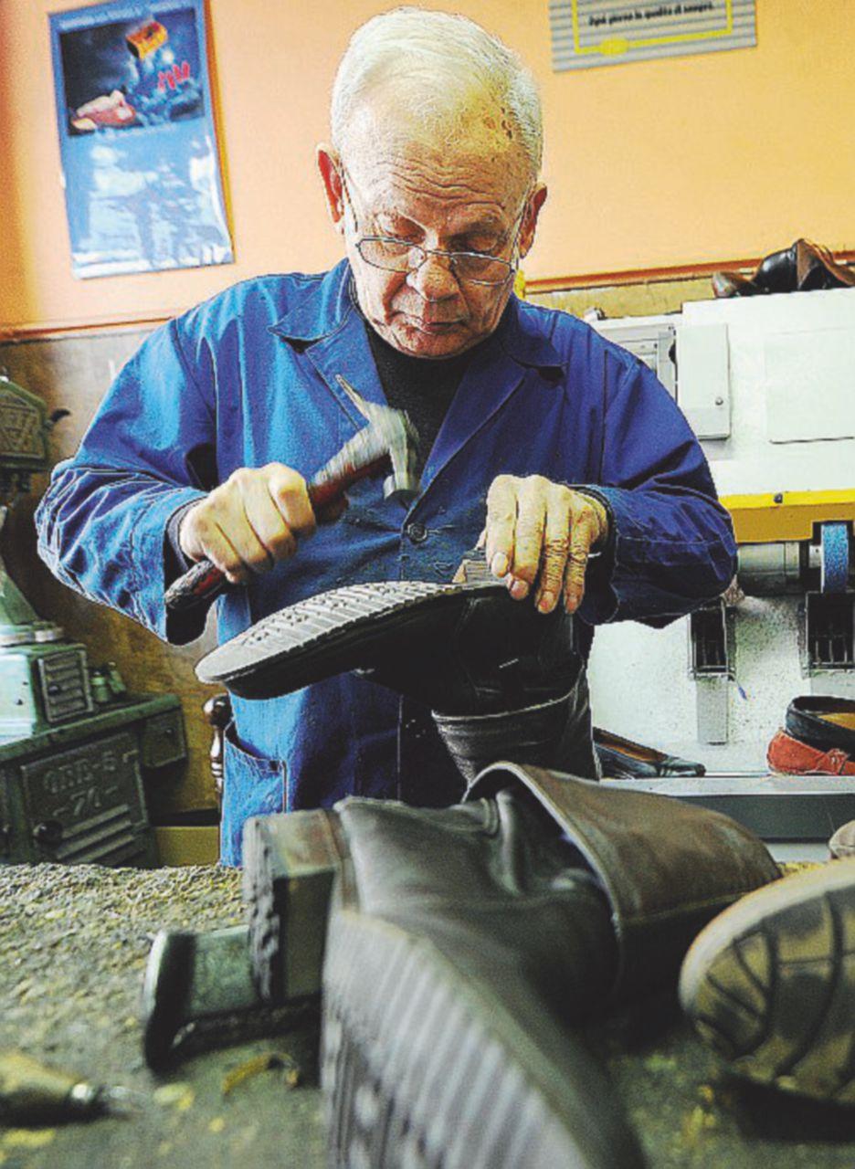 Il calzolaio non serve più,le sneakers rotte si buttano