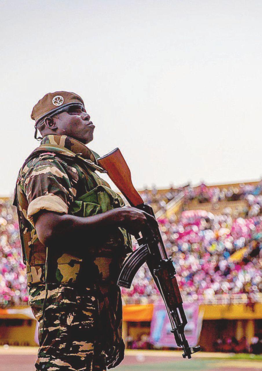 Italia, stivali sul terreno in Niger