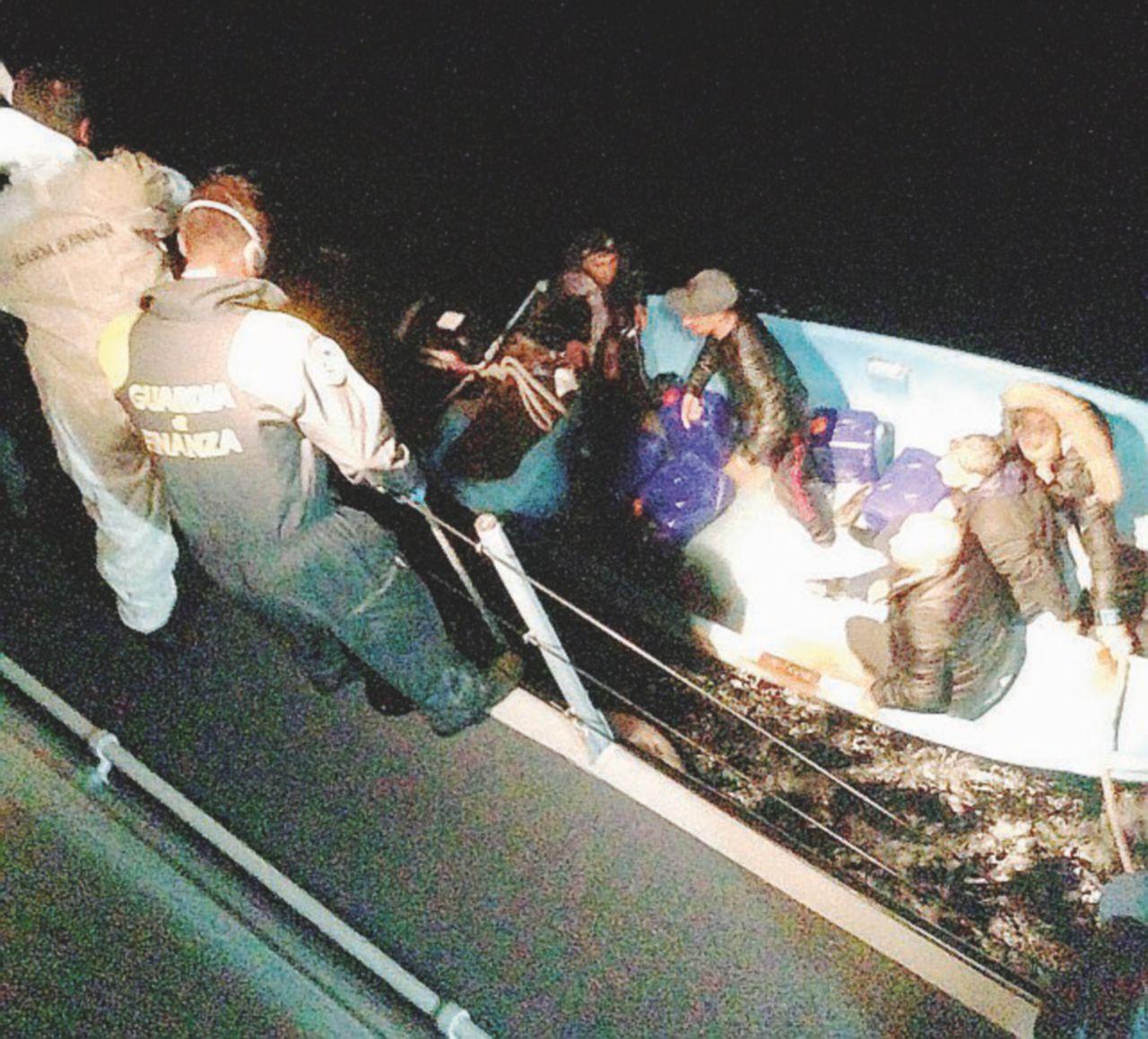 Migranti, sbarchi in Sicilia e Sardegna