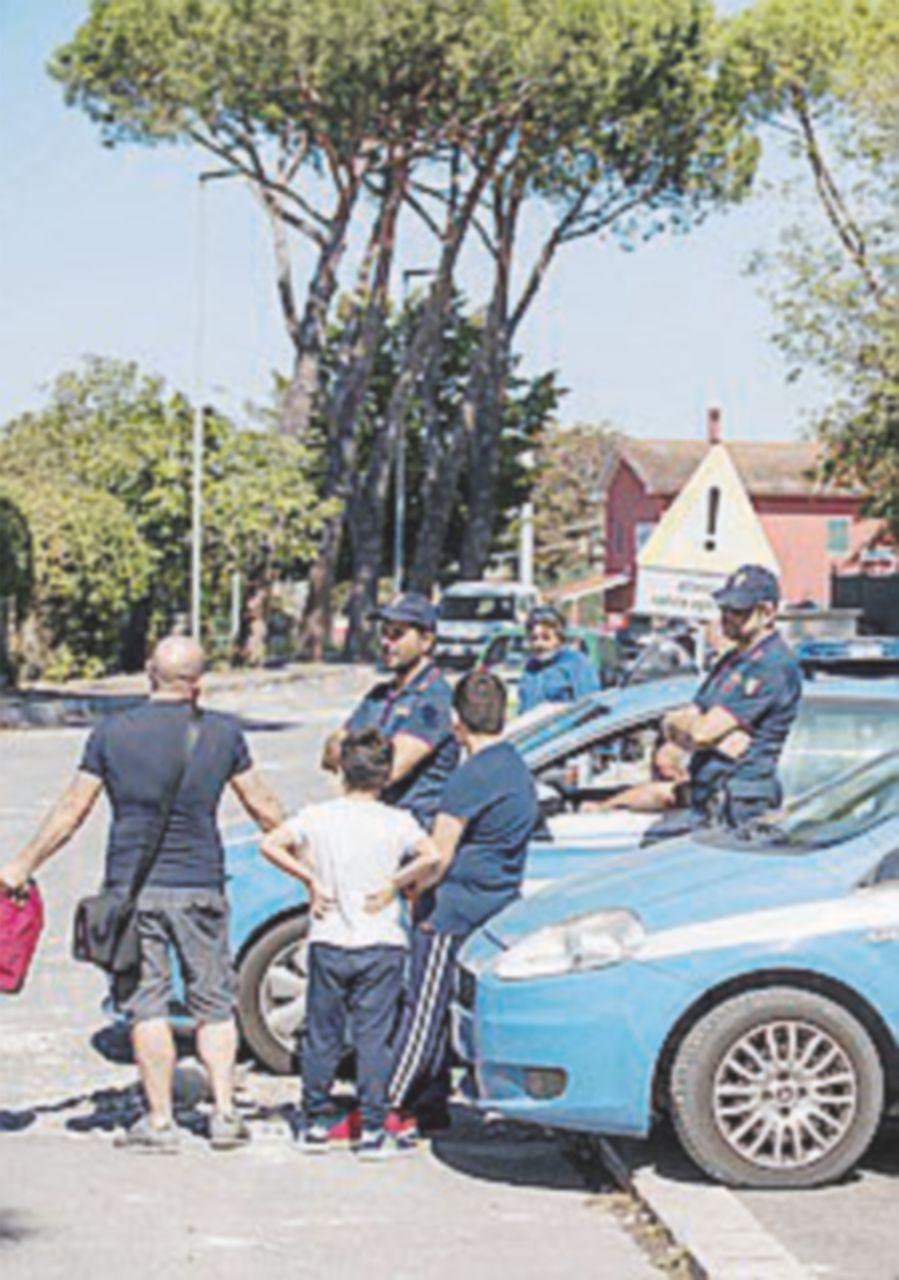 """Un """"pirata"""" innesca la rivolta anti-rom: sassate e spranghe"""