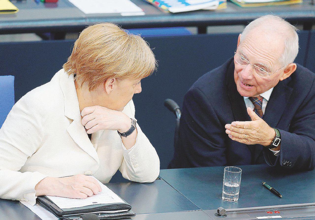 """Ciao Schäuble: Merkel prende due piccioni con un """"falco"""""""