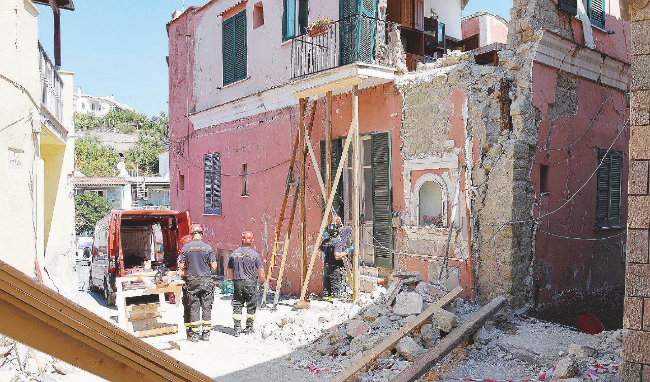 In Edicola sul Fatto Quotidiano del 30 settembre: Dimenticati i crolli di Ischia, le norme anti-demolizioni arrivano alla Camera