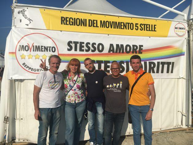 """Italia 5 stelle, tra gli stand anche lo striscione per i diritti gay: """"Se M5s al governo si approverà la stepchild adoption"""""""