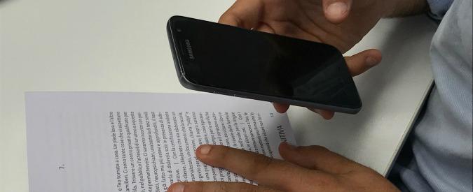 """Scuola, smartphone in classe? L'apertura della Fedeli fa discutere: """"Elemento di distrazione"""". """"No, strumento didattico"""""""