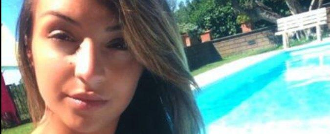 Napoli, si aggrappa all'auto dell'ex fidanzato e muore. Madre tenta il suicidio