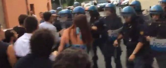 Bologna, chiesta l'archiviazione per il poliziotto che con una manganellata ha rotto il braccio a una 27enne del Làbas