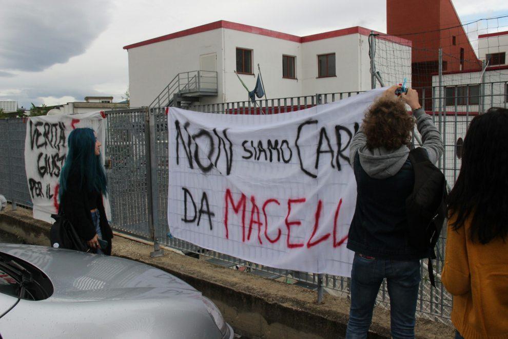 Protesta davanti al Cotugno dell'Aquila (indice rischio sismico 0,158)