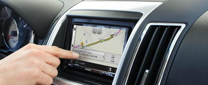 Distrazione alla guida, non solo smartphone. Il navigatore è un pericolo