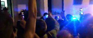 Noemi Durini, il fidanzato esce dalla caserma e saluta la folla: carabinieri evitano il linciaggio