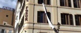 """M5s, Grillo """"prigioniero"""" scherza con i giornalisti e cala le lenzuola dalla finestra dell'albergo"""