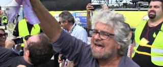 """Grillo 'compra' i giornalisti: """"Adesso le domande le faccio io"""". Con banconote false"""