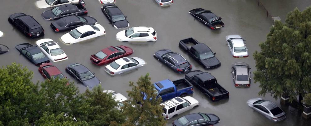 Uragano Harvey, la truffa delle autogru: fino a 5000 dollari per riavere la propria auto. E quelle alluvionate sono in vendita